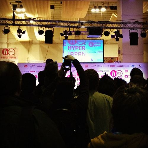 Needastepladder and Tooshorttosee at the Hyperjapan stage. Perhaps I should carry heels, or a box =P
