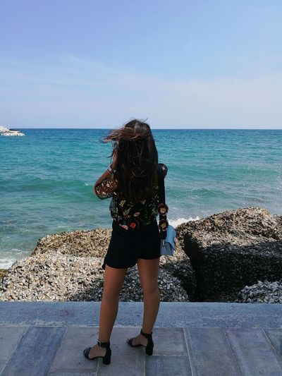 When the wind is against you 🌬🌊 Sea Horizon Over Water Water Beach One Woman Only Women Sky Wind Monopoli Summer Outfit Goodgirl