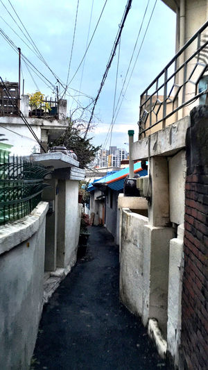 韓国 Korea Koreatown テジョン の 裏路地 Back-alley シリーズ08。天気が崩れてきたので綺麗に見えにくいかもしれないのだけれど、この路地の一帯は白い壁が多く、きっと天気が良いと気持ちの良い通りに違い無い。実際、一部の裏路地の家の玄関から建物までのアプローチが花壇や綺麗に手入れのされた庭になっているところが多く、隠れたカフェなんでは?と思うような家も幾つかあった。 Architecture EyeEm Korea Streetphotography