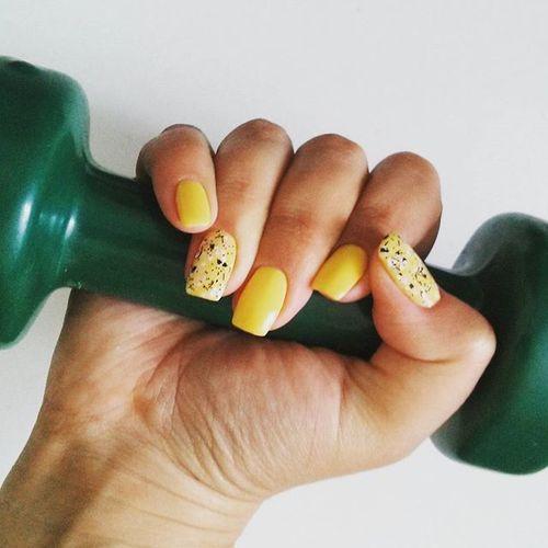 лучший способ оценить новый маникюр ;) дымчатый желтый с невероятно зеленой гантелей💪+💅 Manicure Dumbbells Fitness Beauty