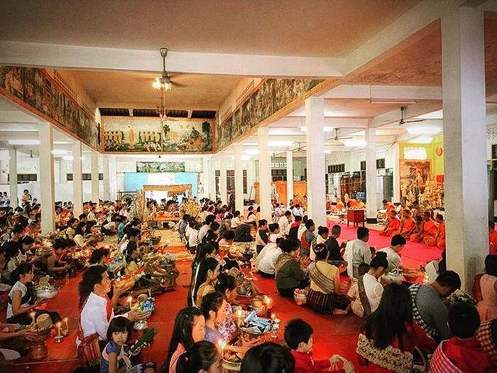 Givingalms Bounkhaopadabdin Buddhisttradition