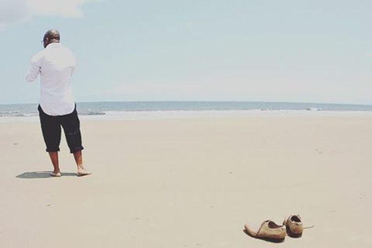 Sometimes you just need to Getout . . . . Zen NOstress Beach Job Running Runningaway Problems Walking Earth Nature Human Look Listen Shoes