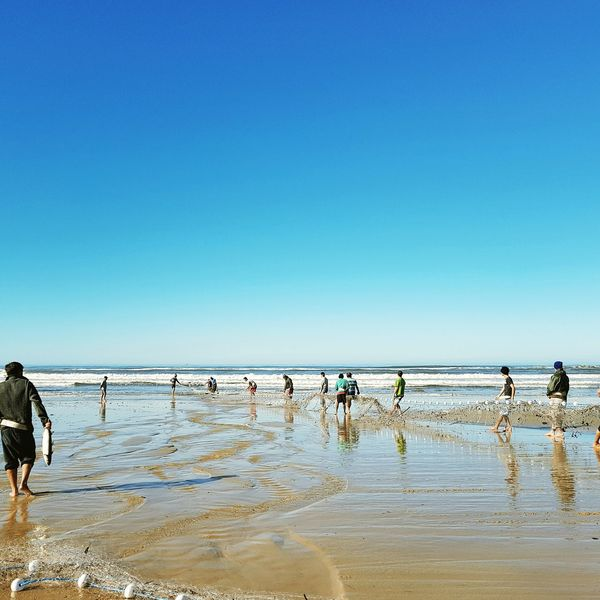 Beach Sea Water Sky Walking Horizon Over Water Blue Outdoors Sand Nature Day Summer Scenics Standing People Wave Togetherness Beauty In Nature Clear Sky Young Adult Pesca Pescaria Rede Mar