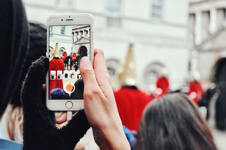 Royalguards Queen Guard Tradition Culture English Culture Recording Video Filming With Phone London Soldiers Monument Royalguards Red Color City City Life Tourism England Gadget Phone Using Phone Recording Wireless Technology Streetphotography Street London City Life Only Women Adults Only Human Body Part Day Outdoors Close-up