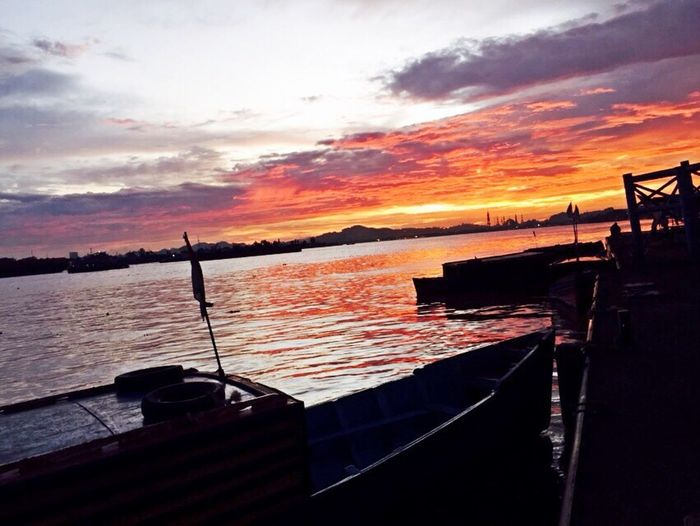 menikmati indahnya ciptaanMu ... Subhanallah Hello World Mahakam River Enjoying Life Relaxing Senja Di Tepi Sungai Kalimantantimur Samarinda Sunsetporn Landscape Sunrise Silhouette Sea And Sky River Riverscape