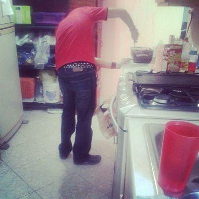Mi esclavo haciendo cupcakes. ♥
