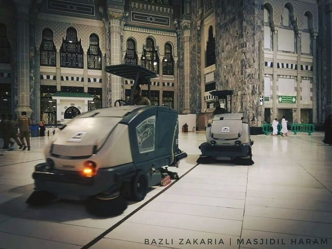 CLEANER @ MASJIDIL HARAM #makkah #nicecleaner #MBZ #gambaz_li Cleaner Makkah Masjidilharam Indoors  Transportation No People Day