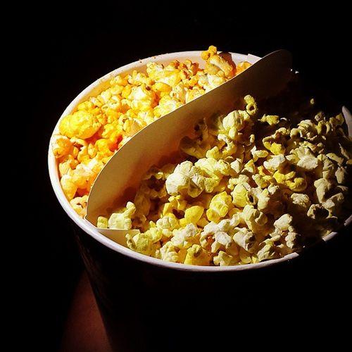 팝콘 영화관에서의 Popcorn 맛있는팝콘추천해주세요 다먹어야지 카라멜맛 치즈갈릭맛 먹고싶다 한손에가득쥐고 서걱서걱 냠냠