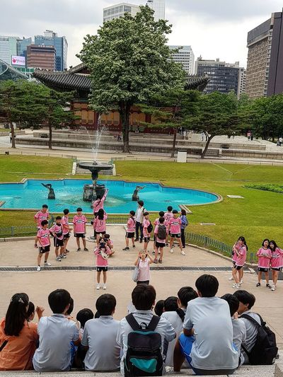 Oh oh, I'm in their group shot ! Students Seoul Streetphotography Streetphotography Deoksugung Palace Palace Architecture Seoul Architecture Joseon Dynasty Five Centuries Korean History Korean Culture National Museum Modern And Contemporary Art Modern Art Deoksugung Tripwithson2017 Tripwithsonmay2017 Seoul South Korea