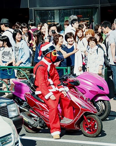 you never know when you can meet celebrity ;) Embrace Urban Life Unexpected Encounter Santa Christmas Spirit Cosplay Mori Crowd Rider