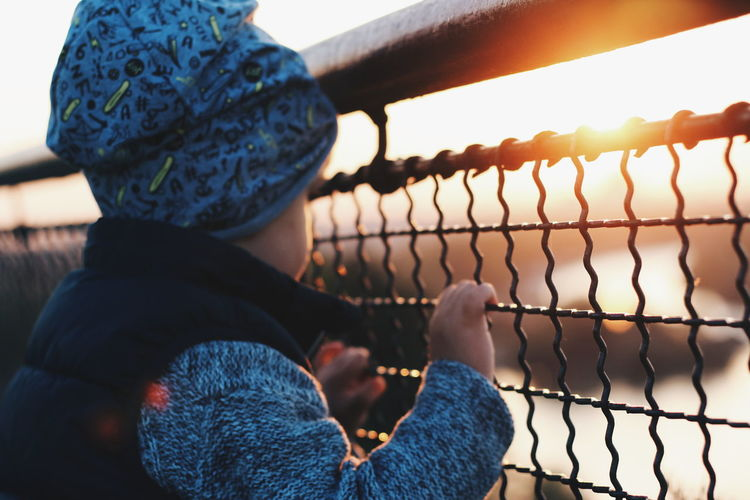 Close-up Sky One Person Child Children Only Childhood Hand Human Hand Fence Fences Sunset Sunlight sunset #sun #clouds #skylovers #sky #nature #beautifulinnature #naturalbeauty photography landscape
