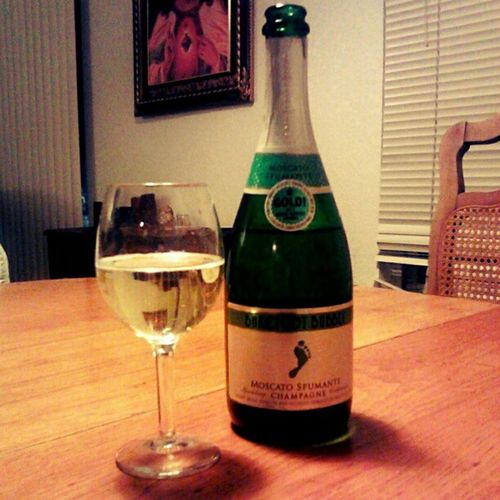 #bubbly #moscato? Why not? #winesnob #wine #champagne #wino #treatyourself #barefootwine Wine Champagne Wino Picoftheday Bubbly Bestoftheday Moscato Betcheslovethis Winesnob Instawine Winogram Barefootwine Treatyourself