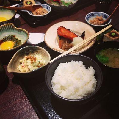 今日のお昼は、焼き魚二種(メダイとシャケ)御膳。 今天的午餐是烤魚兩種(目鯛和鮭魚)御膳。