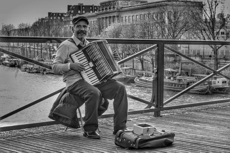 Мост искусств в Париже The Changing City EyeEmBestPics EyeEm Best Shots Paris, France  Париж B&w Street Photography EyeEm Gallery B&w Photography Capture The Moment I Love My City Paris France EyeEm франция мост Pontdesarts