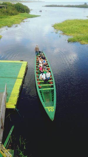 Embarcando para uma trilha pela floresta. Amazônia Encantada