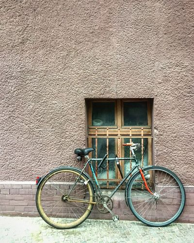 Bicycle Building Exterior Transportation Mode Of Transport Architecture Built Structure Day Outdoors No People Window City Life Streetphotography Street Photography Berliner Ansichten City Streetshot Bike