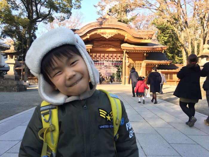 神さまが見ているよ、というアドバイスの後の笑顔。 Smiling Children Boy Kids Innocence Portrait From My Point Of View EyeEmBestPics Urban Lifestyle EyeEm Best Shots EyeEm Gallery Childhood Smile Japanese Style Shrine