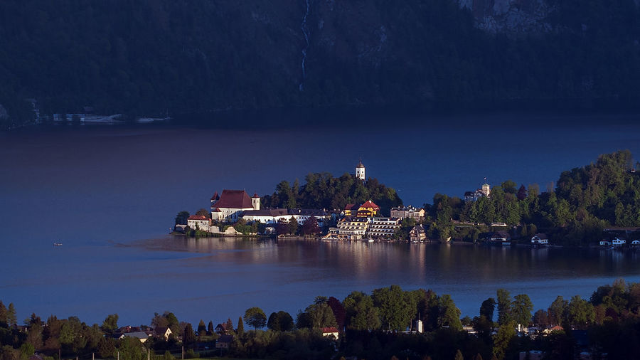 Traunkirchen Kirche See Gebäude Architektur Gebäude Traunsee Salzkammergut Halbinsel Water Tree Building Exterior Built Structure Architecture Plant Nature No People Sky Waterfront Reflection Lake Building Religion Place Of Worship Travel Destinations Beauty In Nature Scenics - Nature Night Outdoors