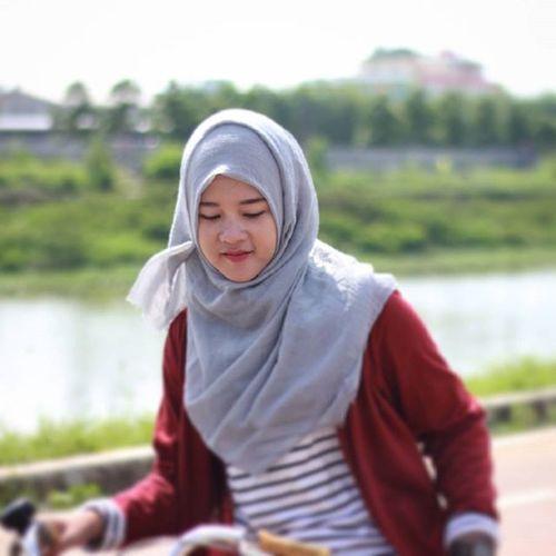 Lagi serius kayanya @ekarhmwt Film Streetphotography Bestmoment Behindthescenes Candid Sabyanband Photograph Photomodel Photographie  Photoshoot Photooftheday Indonesiaart INDONESIA Liputanhijab Happiness Vcocam Cinema Cinemaphotography Cinematography Bokeh_indonesia Bokeh Hijab Hijaberjakarta