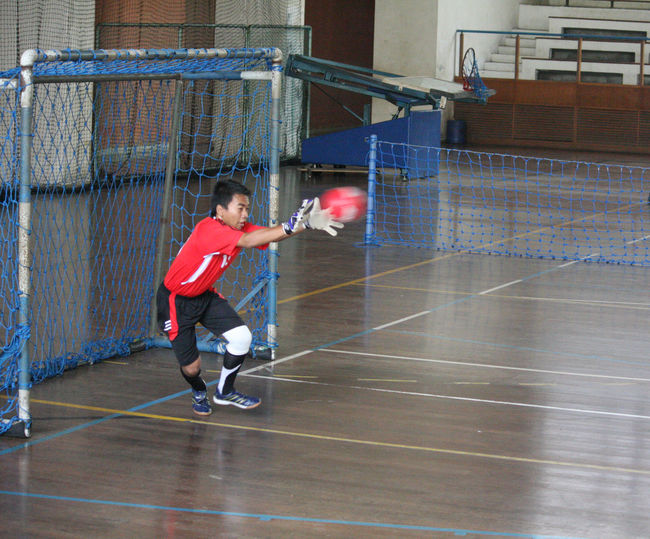 Peack action or climax Adult Adults Only Athlete Basketball - Sport Basketball Hoop Basketball Player Competitive Sport Court Day Exercising Full Length Indoors  Leisure Activity Lifestyles Men Net - Sports Equipment One Person People Playing Real People Sport Sports Clothing Sports Uniform Sportsman
