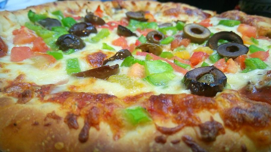 Food Close-up Indoors  Freshness Still Life Food And Drink Pizza Pizza Time Pizzalover Enjoying A Meal Enjoying Pizza Olive Olives Papper Colors Colorful Food With Friends No People Day Vegetables