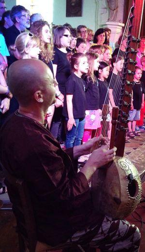 Rencontre musicale un joueur de cora accompagnant une chorale The Portraitist - 2014 EyeEm Awards Eye4photography  Children's Portraits Eyemchildren