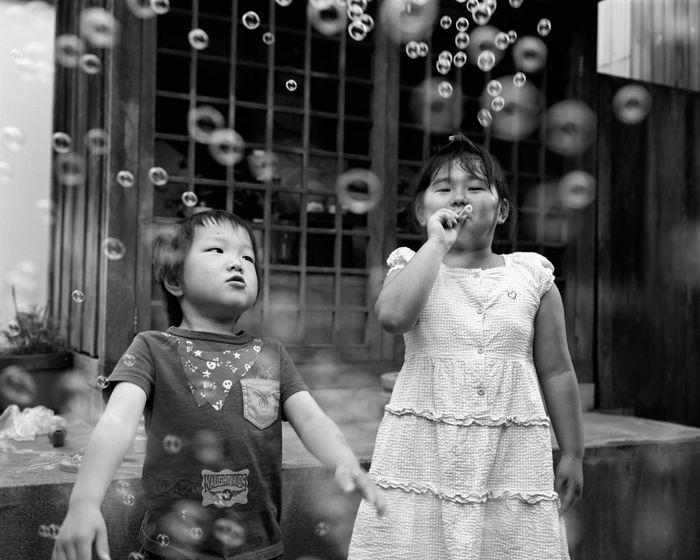 120 Film Childhood EyeEm Best Shots - Black + White EyeEm Japan EyeEmNewHere Film Photography Filmisnotdead From My Point Of View Light And Shadow Monochrome Monochrome Photography Plaubel Makina 67 Real People Snapshots Of Life Soap Bubbles Street Photography Streetphoto_bw The Week Of Eyeem Two People