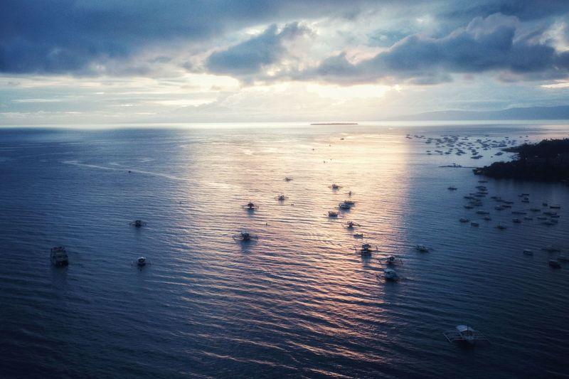 묘한 일몰 - 알로나비치 앞 상공 . . #하루한컷 #일몰 #드론뷰 #비다 #필리핀 #보홀 #멀리보이는발리카삭 #dji #mavic2zoom #drone #매빅2줌 #드론 Water Sea Sunset Beach Bird Sky Horizon Over Water Cloud - Sky