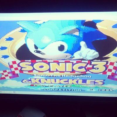 Aquele momento que nada te deixa mais feliz do que reviver um dos jogos mais sensacionais já criados. Sonicthehedgehog 3 & Knuckles . O melhor jogo de plataforma 2D até hoje! Insuperável, talvez um daqueles poucos jogos na vida onde você pode dizer que não existe defeito. Saudades Sega e seu potente Sega Genesis , ou Megadrive , aqui no Brasil.