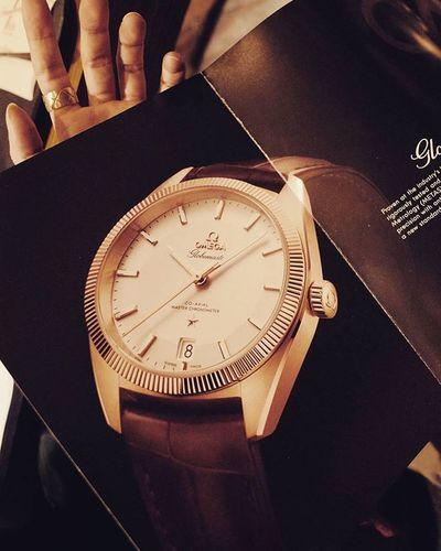 잡지를 보다가 흥분되는 소식 발견 그나마 범접 가능한 현실적 드림와치 '오메가 글로브마스터'가 출시되었다. 로렉스의 그것과는 분명히 다른 느낌. 곱다. Omega Globemaster Constellation Watch 시계 Ricoh Gr2