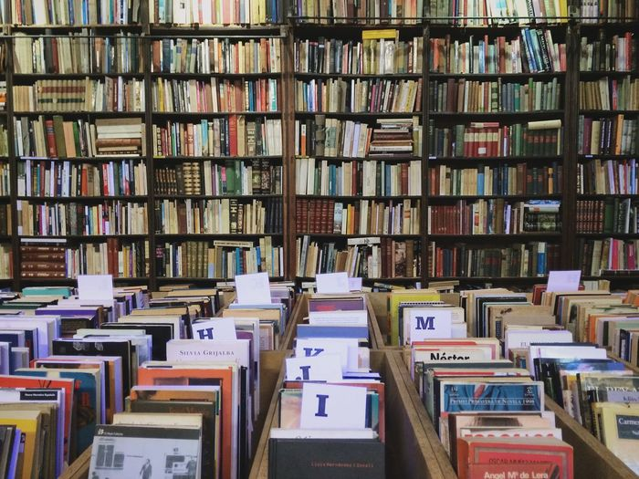 Abundance Arrangement Backgrounds Books Bookshelf Collection Everything In Its Place Full Frame Indoors  Large Group Of Objects Library No People Order Symmetry Variation
