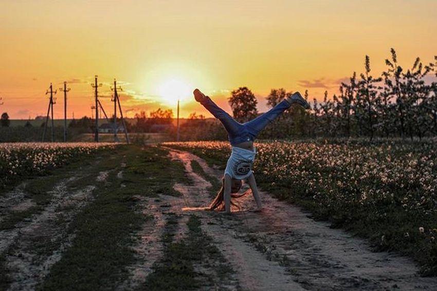 Я тоже хочу научиться делать колесо )))) беларусь Природа весна май девочка доченька яблони сад красота Belarus Nature Photo Spring Daughter Girl Lusienka_pilets Canon Закат Sunset колесо
