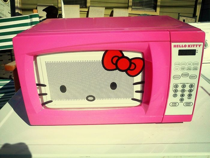 This Hello Kitty Microwave >>>>