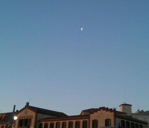 Sol, viento y luna compartiendo la mañana del domingo Cielo #ocata #masnou #maresme