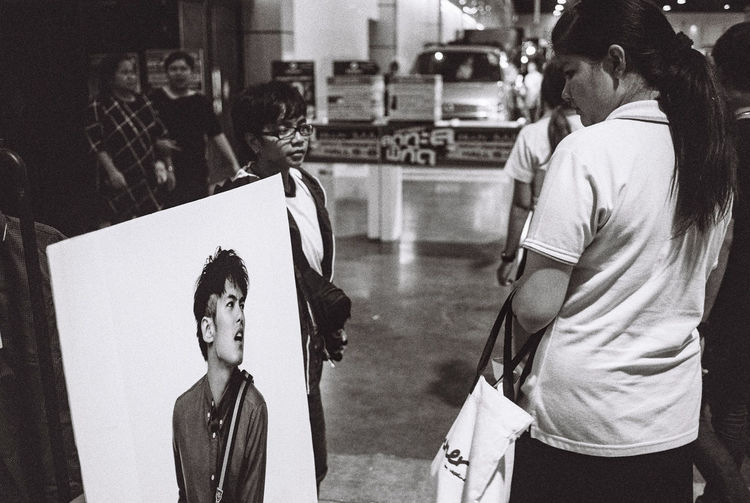 Black And White Blackandwhite Eyecontact Focus On Foreground Ilford Ilford HP5 Plus Jazzjingjing Leica Leicam2 Photographing Photography Themes Street Photography Streetphotography Thailand