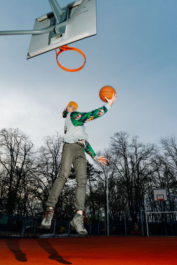 Jump One Person One Man Only One Young Man Only Young Men Basketball - Sport Athlete Court Basketball Hoop Basketball Player Sport Flying Jumping Competition Skill  Slam Dunk Making A Basket Scoring A Goal Taking A Shot - Sport Basketball - Ball Scoring The Art Of Street Photography