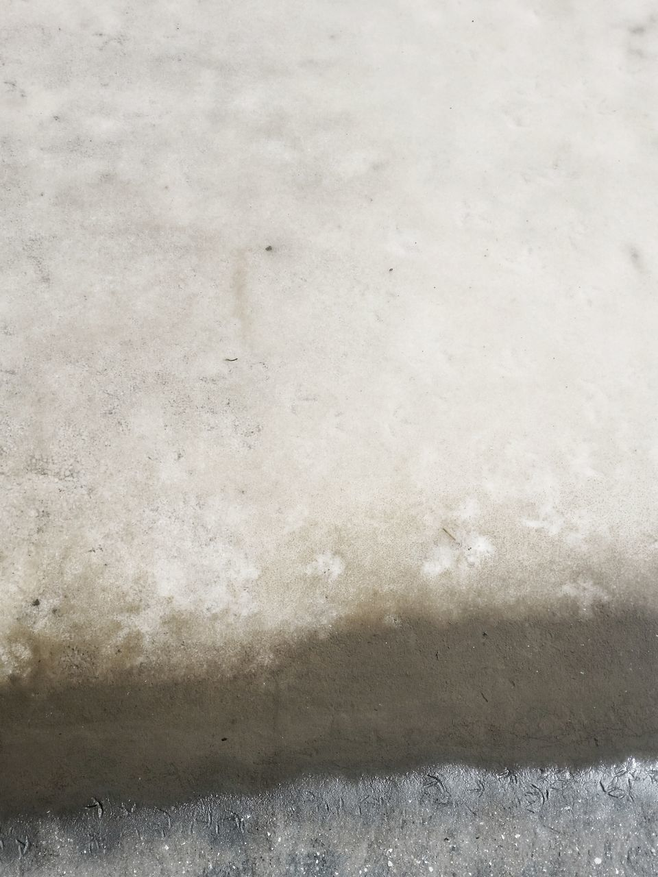 CLOSE-UP OF SNOW ON WALL