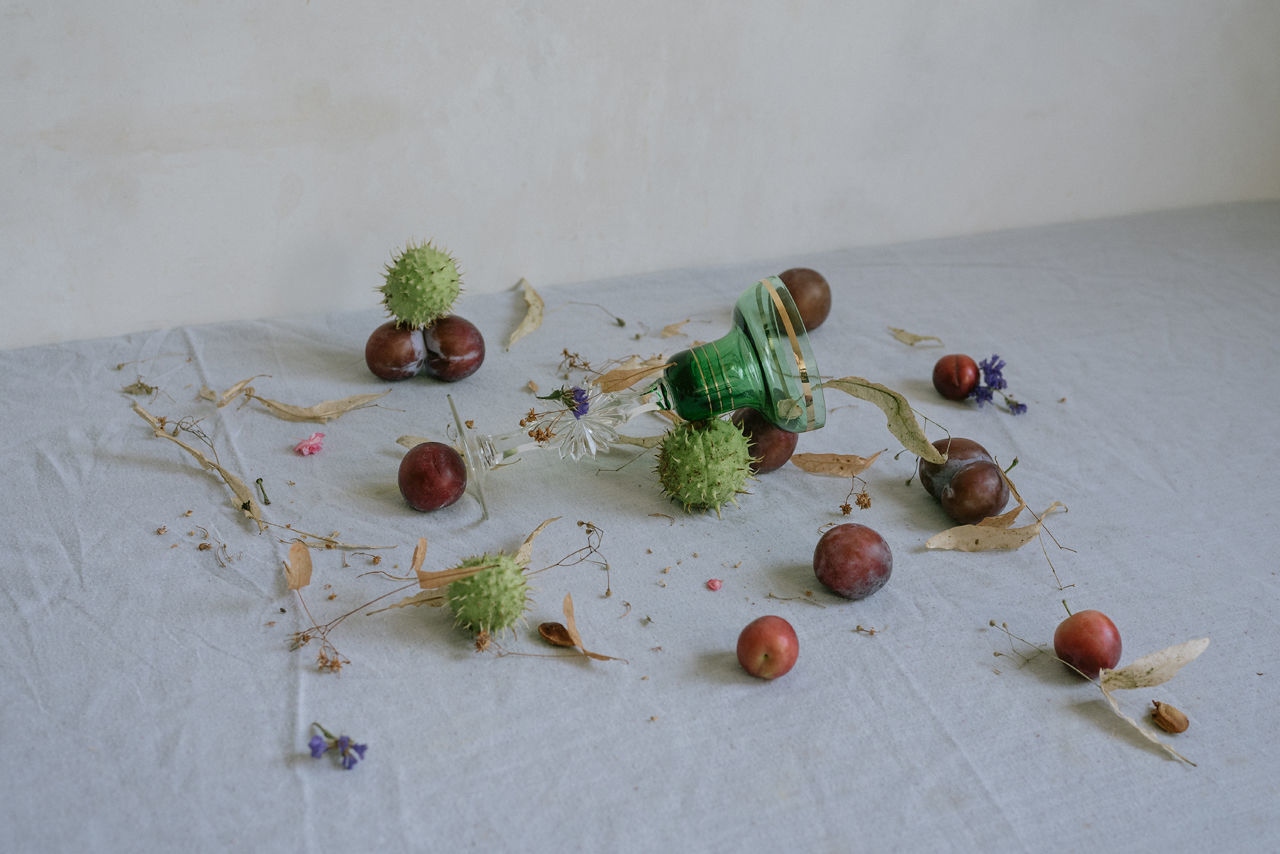 HIGH ANGLE VIEW OF FRUITS IN TABLE