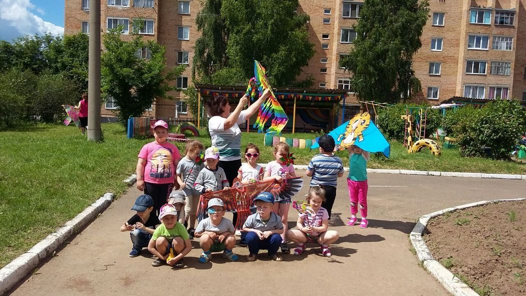 Fun Enjoyment Day Friendship Real People Happiness Детский сад воздушныезмеи