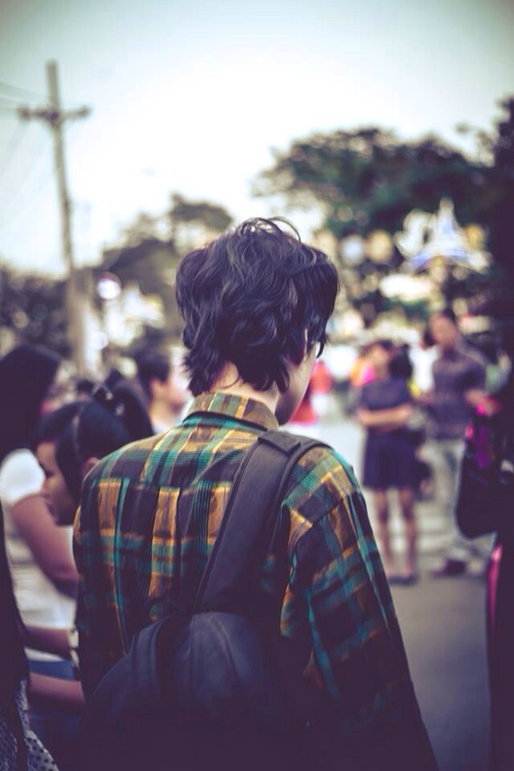 focus on foreground, rear view, lifestyles, men, leisure activity, person, waist up, casual clothing, incidental people, standing, outdoors, sitting, street, headshot, large group of people, city, head and shoulders, three quarter length