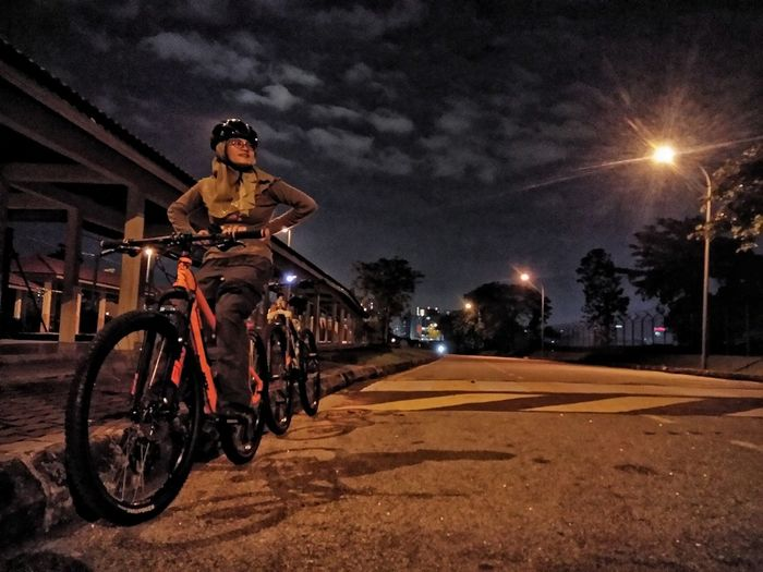 Night ride 😎 Night Bicycle Illuminated Street Light Cycling Sky Outdoors One Person Adults Only Adult City Biker Young Adult People Photography Outdoors, Outside, Open-air, Air, Fresh, Fresh Air, EyeEmNewHere Paint The Town Yellow Ride A Bike  Moment Of Silence MomentsToRemember Moment In Time Fotofon Cool Pic Sport Leisure Activity Second Acts