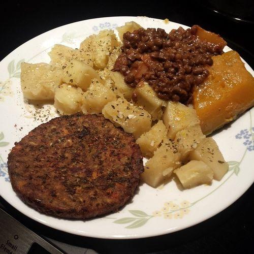 Mi cena de la noche! My dinner for The night! Panas con lentejas y calabaza acompañadas de un Veggie Burger... Veggiedinner Vegan Lentejas Homemade
