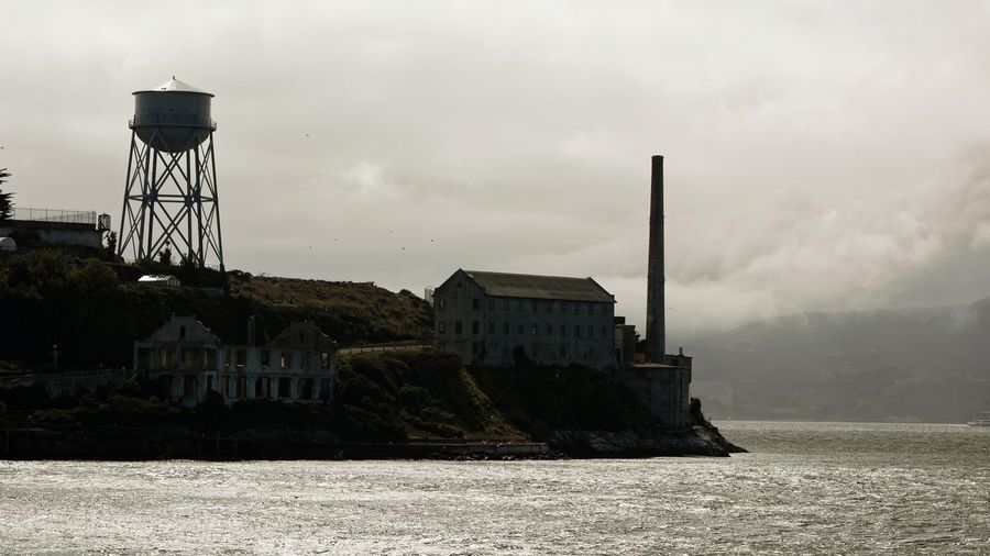 Another vue of Alcatraz 🇺🇸 Abandoned Places Alcatraz Island California Chimney Cloudy Day Historical Sights Sky And Clouds USA USAtrip Abandoned Buildings Building Exterior Island Outdoor Photography Prison San Francisco Bay Sea And Sky Tank California Dreamin California Dreamin Prison Cell Atmospheric
