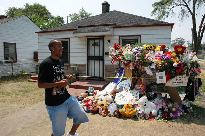 A man next to Michael Jackson's childhood home next day after his death. Gary, Indiana Memories Michael Jackson Singing Funeral House Lifestyles Musician People Pop Culture Popular Popularity Real People