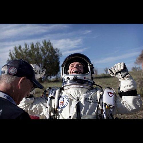 """Felix Baumgartner RedBull Stratos """"A veces hay que llegar tan alto para saber lo pequeño que eres. Me voy a casa ..."""" Dice Felix y da el salto."""
