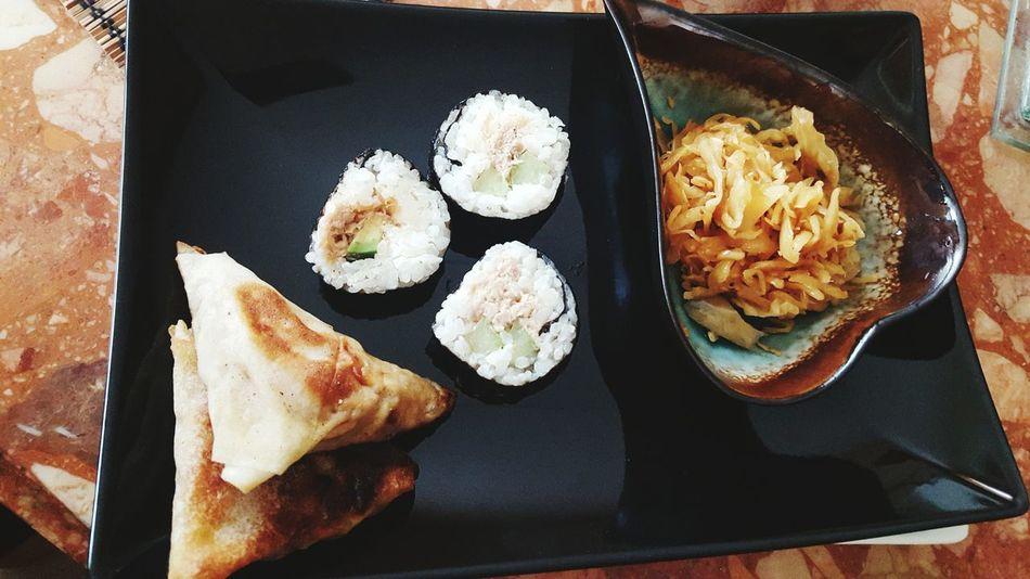 Maki samossa et salade de chou maison, team multiculturelle en une photo Maki Sushi Time Sushi Samosa Taking Photos Ftour Presque Parfais