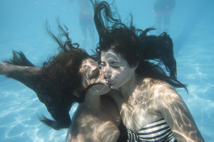 underwater lifestyle Happy Kiss Man People Watching Spanish Arab Arabic Dive Inmersiones Lesbian People Person Pool Smile Summer Sun Swimming Swimming Pool Swimming Time Underwater Water Waterfront Young Women