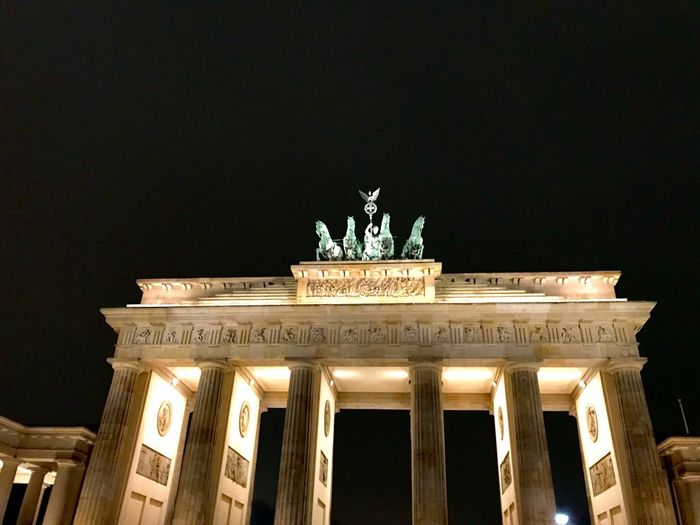 Brandenburger Tor City Gate Statue City Tourism Architecture Travel Destinations Night Architectural Column Low Angle View Built Structure Building Exterior Outdoors Illuminated No People Berlin Berlin Photography Brandenburger Tor Porta Di Brandenburgo Brandenburg Gate Pariser Platz Berlin Mitte Berlin Street Photography Travel Travel Photography
