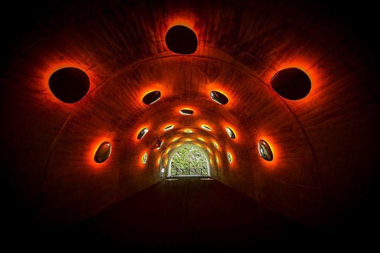 人が居なくなると、もう異空間。 Tunnel UFO Indoors  Lighting Equipment Architecture Arch No People Illuminated Religion Built Structure The Way Forward Circle